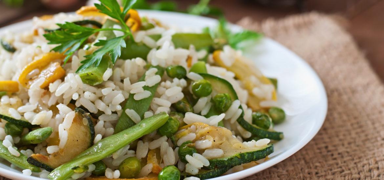 Assiette de riz avec des petits pois et de la courgette